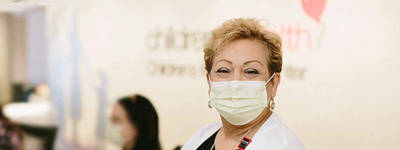 Suzzette Rivera en el mostrador de registro del Centro médico Children's de Dallas.