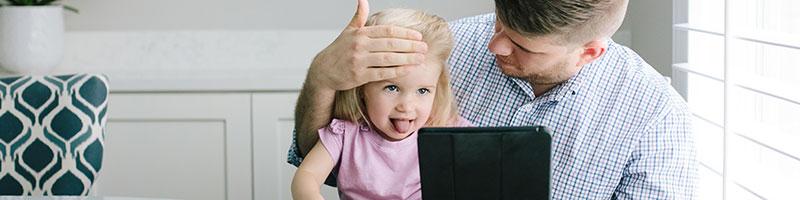 Padre e hija participando en una visita virtual